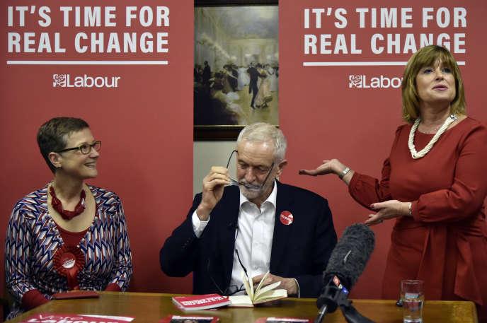 Melanie Dudley (à droite), candidate de la circonscription de Dudley North présente le leader du Parti travailliste, Jeremy Corbyn, le 21 novembre dans la ville de Dudley (Angleterre).