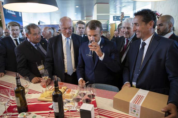 Emmanuel Macron, cùng với Chủ tịch của New Aquitaine, Alain Rousset (trái), nếm thử các sản phẩm địa phương, tại Anglet, ngày 24 tháng 8.