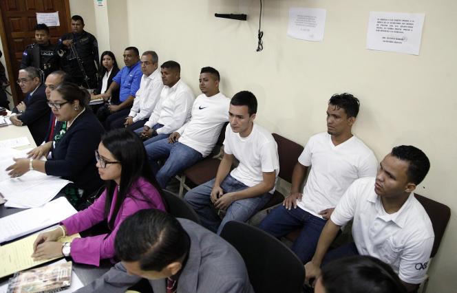 Des hommes accusés d'avoir assassiné la militante écologisteBerta Caceres, au tribunal deTegucigalpa, en 2018.