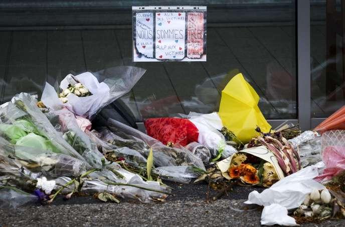 Le mémorial en souvenir des victimes des attaques du 23mars2018 dans l'Aude, devant le Super U de Trèbes.