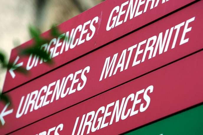Panneau indiquant les services d'urgence, à l'hôpital de la Pitié-Salpetrière, à Paris.