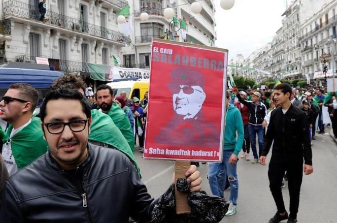 Mehdi Amazigh Dahak (à gauche) lors d'une manifestation du Hirak, à Alger, vendredi 12 avril 2019.