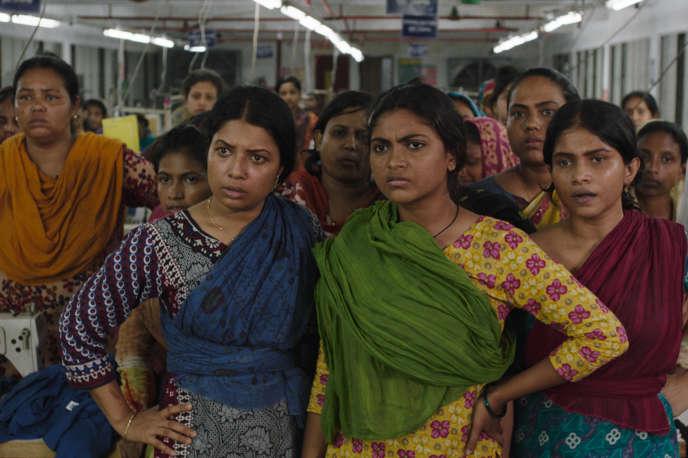 Shimu (Rikita Shimu, à droite) et des ouvrières du textile dans leur atelier, à Dacca.