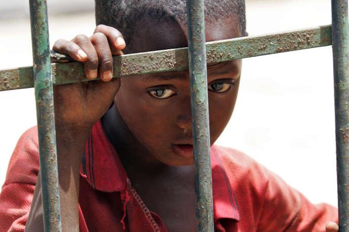 Un élève d'une école coranique mendie dans une rue de Dakar, en avril 2007.