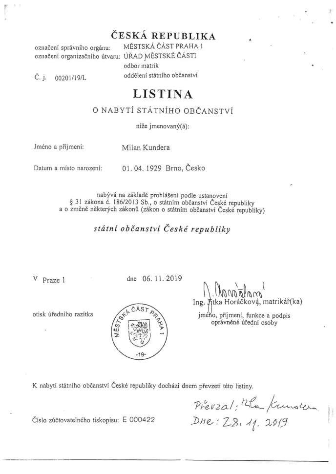 Certificat de nationalité tchèque de l'écrivain Milan Kundera.
