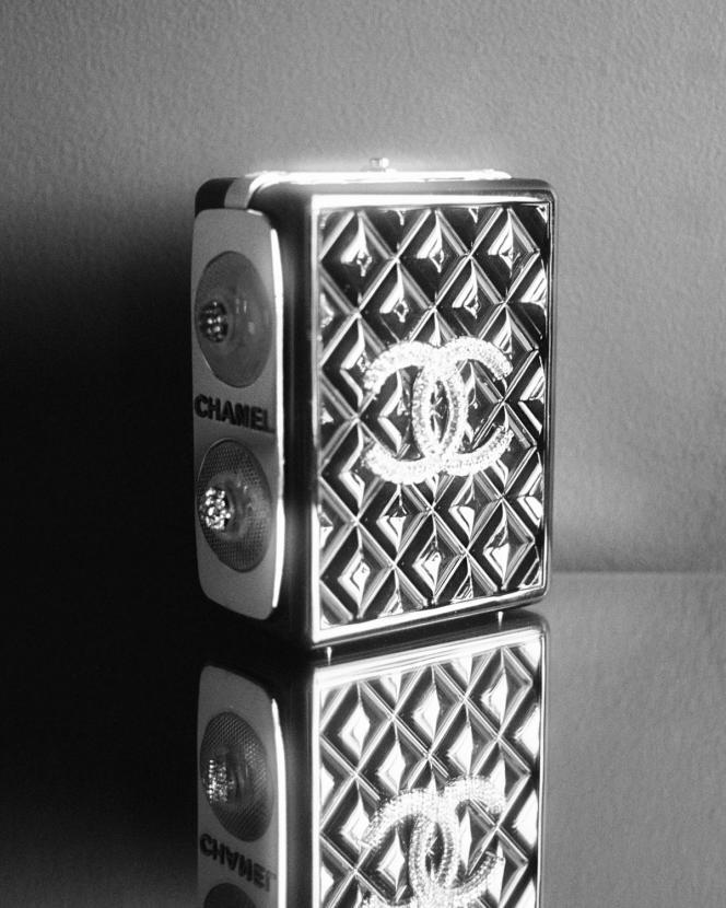 Minaudière en résine, métal et strass, Chanel, prix sur demande.
