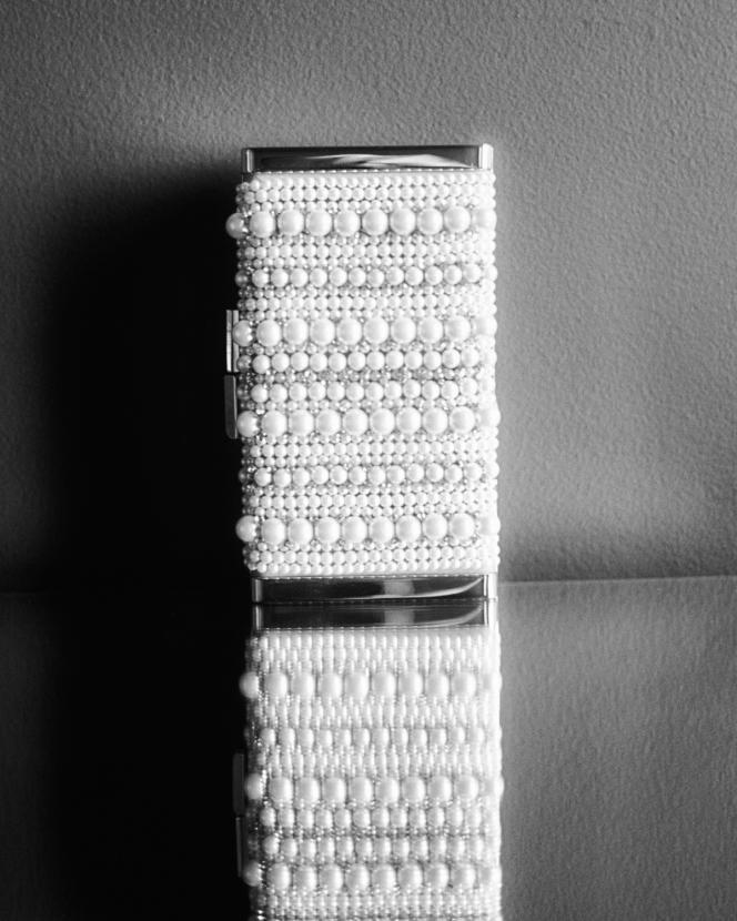 Minaudière J BOX en veau velours et broderies de perles, Jimmy Choo, 1650 €.