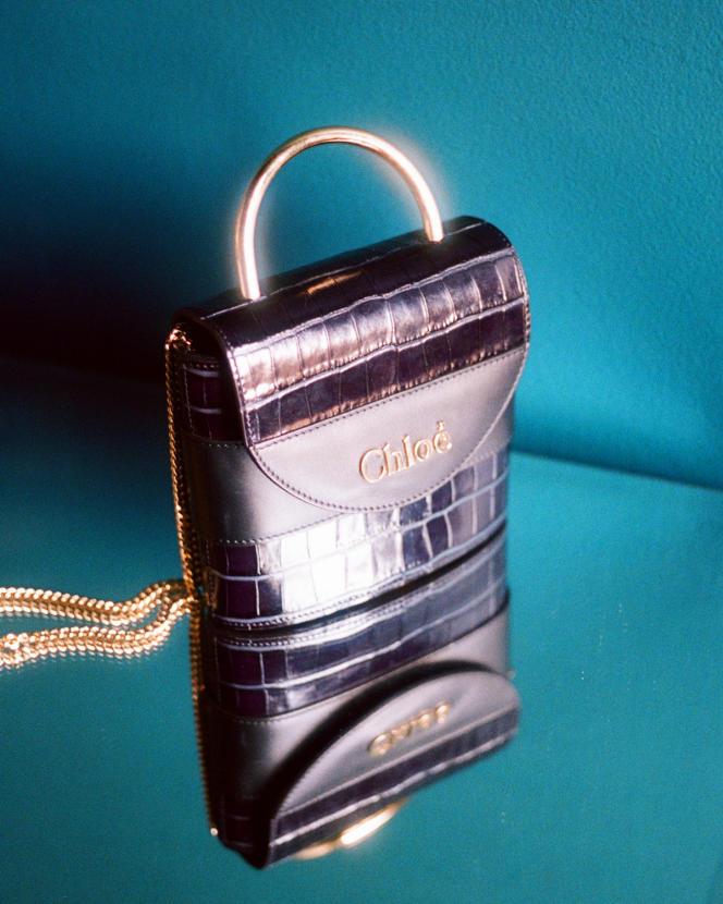 Petit sac cadenas Aby Lock en cuir de veau embossé effet croco, Chloé, 1290 €.