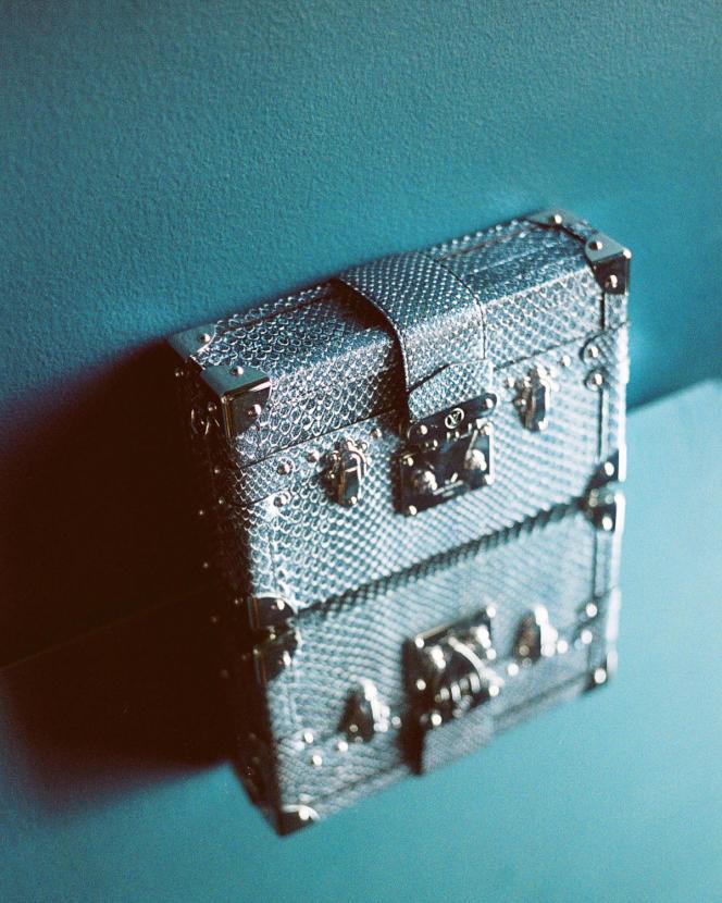 Petite malle en cuir de python, Louis Vuitton, prix sur demande.