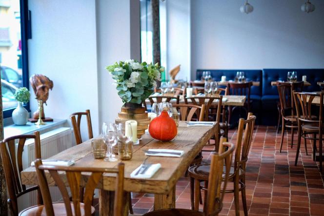 Dans le 10earrondissement de Paris, à côté des grandes tables en bois se dresse une rôtissoire faite sur mesure pour le restaurant.
