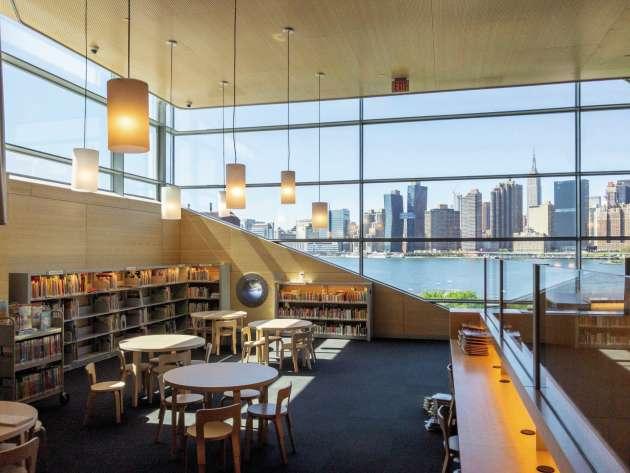 La Hunters Point Library dans le Queens. Les six étages sont baignés de lumière naturelle.