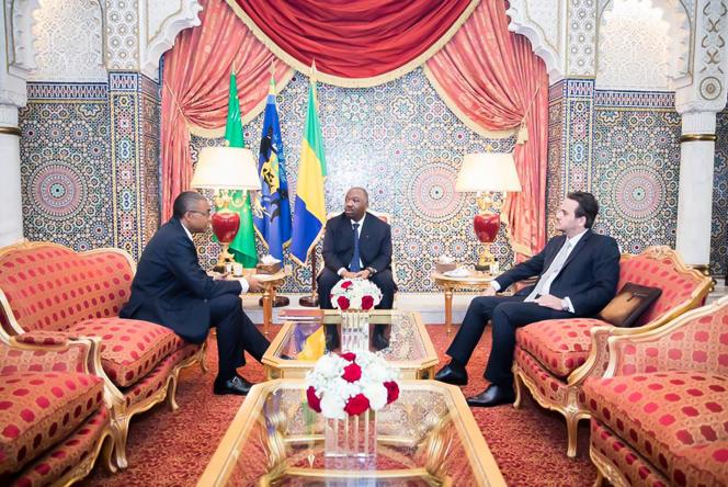 Le président gabonais Ali Bongo (au centre) en compagnie de son secrétaire général Jean-Yves Teale (à gauche) et de son directeur de cabinet Brice Laccruche Alihanga, à Libreville, le 25 février 2019.