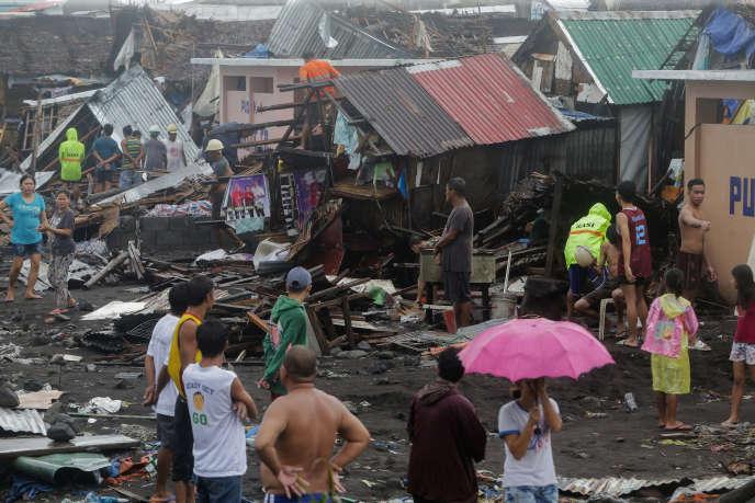 Des habitants constatent l'ampleur des dégâts après le passage du typhon Kammuri àLegazpi City, dans la province d'Albay aux Philippines, le 2 décembre.