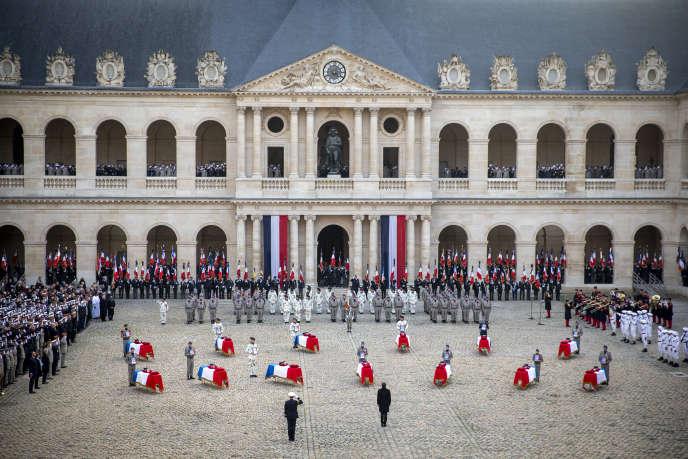 L'hommage national aux treize soldats français morts au Mali, dans la cour de l'hôtel des Invalides à Paris, le 2 décembre.