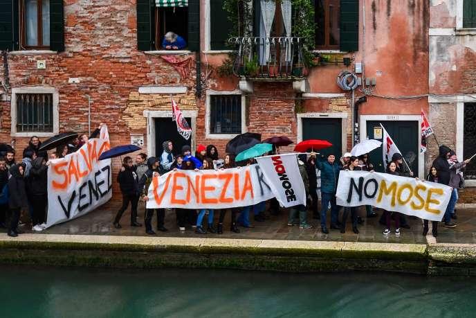 Des Vénitiens protestent contre les navires de croisière et le MOSE, un projet de digues flottantes, le 24 novembre.
