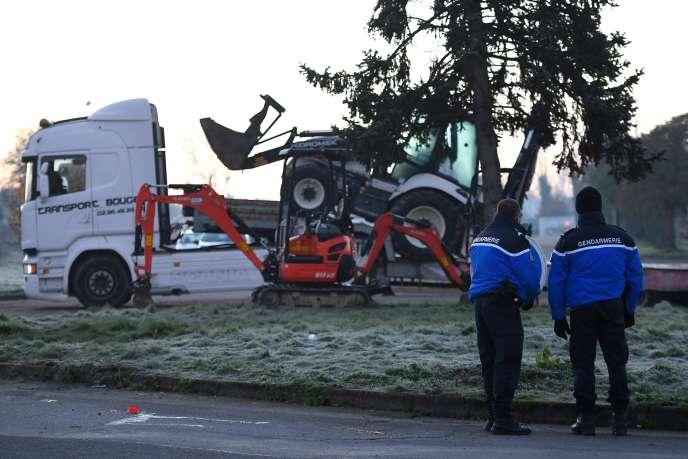 Lors de l'évacuation du blocage des accès au dépôt pétrolier de Vern-sur-Seiche, près de Rennes, le 3décembre.