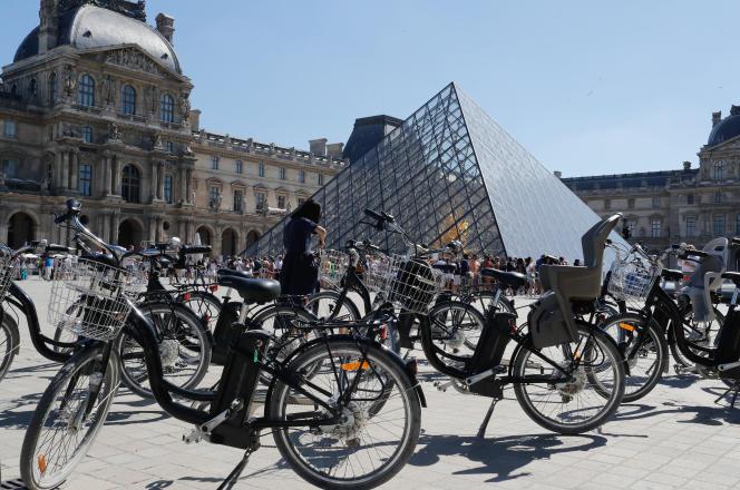 Des vélos devant la pyramide du Louvre, à Paris, le 9 juillet 2018.