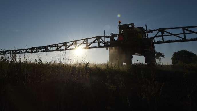 Un agriculteur épand du glyphosate à Saint-Germain-sur-Sarthe, dans le nord de la France, le 16septembre2019.