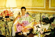 La comtesse Jacqueline de Ribes chez elle, vêtue d'un caftan de sa création, en 1984.