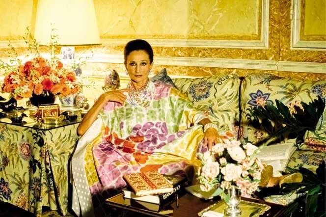 La comtesse Jacqueline de Ribes chez elle, en 1984, vêtue d'un caftan de sa création.