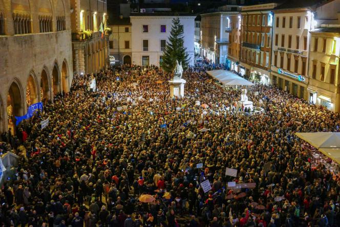 Plusieurs milliers de personnes manifestent contre l'extrême droite le 24 novembre, à Rimini.