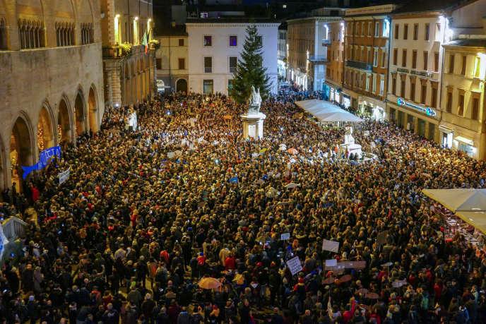 Plusieurs milliers de personnes manifestent contre l'extrême droite le 24 novembre à Rimini.