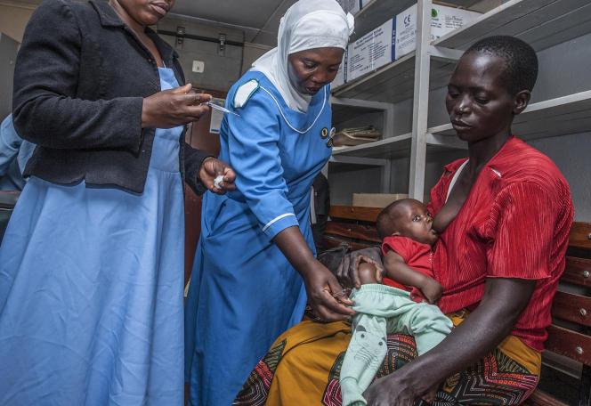 Des infirmières administrent à un enfant un vaccin pilote contre le paludisme dans un hôpital de Lilongwe, au Malawi, le 23avril 2019.