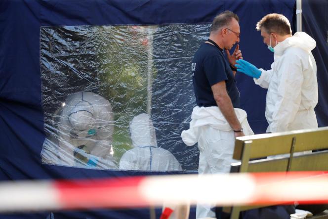 Des enquêteurs sur la scène de crime où a eu lieu le meurtre d'un Géorgien, dans le parc Tiergarten, à Berlin, le 23 août.