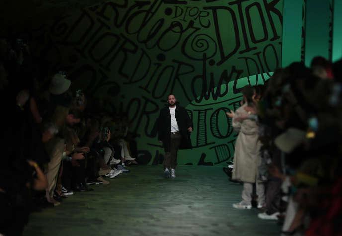 Kim Jones, directeur artistique de Dior Homme, à la fin du défilé automne 2020.