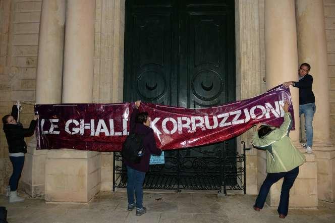 Des manifestants dénoncent la corruption, le 20 novembre, devant le tribunal de La Valette, à Malte.