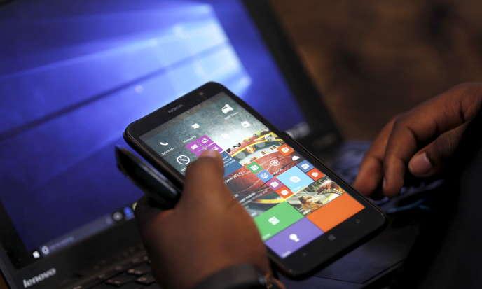 Un employé de Microsoft utilise un smartphone à Nairobi, au Kenya, enjuillet 2015.
