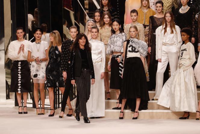 La directrice artistique Virginie Viard, à la fin du défilé Chanel métiers d'art 2019-2020.