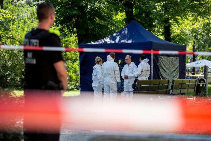 La police recueille des preuves, le 23 août, sur le site d'une scène de crime dans le quartier de Moabit à Berlin, où un homme d'origine géorgienne a été tué.