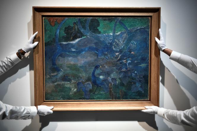 Accrochage de la toile «Te BouraoII» de Paul Gauguin, dans la maison de vente aux enchères d'Artcurial, à Paris, le 2 octobre.