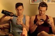 Kit Williamson (à gauche) et Van Hansis dans la série«Eastsiders».