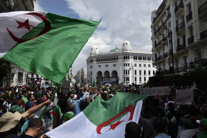 Manifestation antigouvernementale devant la Grande Poste, à Alger, le 12avril 2019.