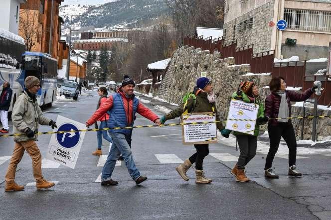 Chaine humaine pour protester contre la politique migratoire du gouvernement, à Briançon (Hautes-Alpes), le 4 décembre.