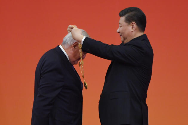 Jean-Pierre Raffarin reçoit la Médaille de l'amitié 2019 remise par le président chinois, Xi Jinping, à Pékin, le 29 septembre.