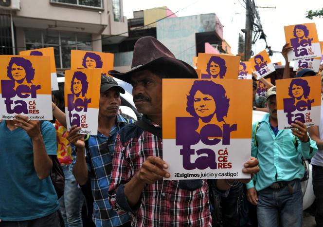 Des membres du Conseil civique d'organisations indigènes et populaires du Honduras (Copinh) brandissent des portraits à l'effigie deBerta Caceres, en octobre àTegucigalpa.