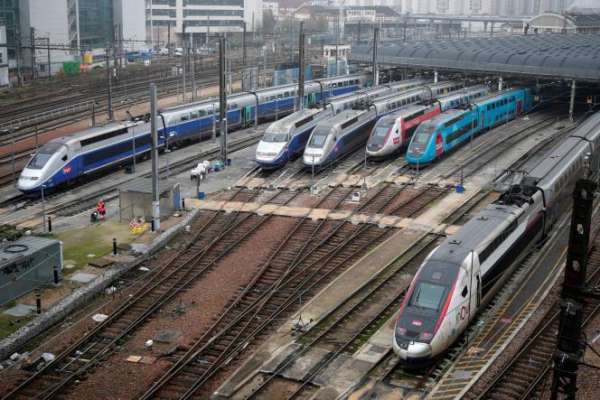Les Ouigo,TGV « low-cost » de la SNCF (le train bleu turquoise, ici à Paris le 5 décembre), circulent davantage car ils embarquent environ 250 passagers de plus par rame.