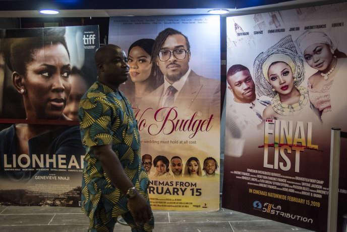 Devant un cinéma de Lagos, au Nigeria, en février 2019.