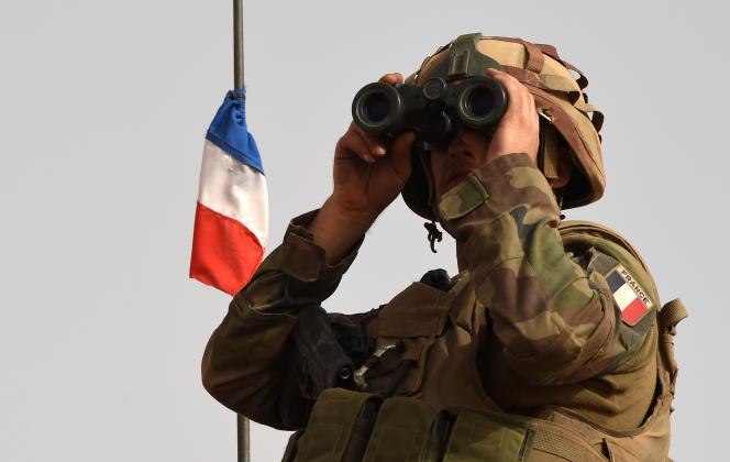 Un soldat de l'opération française « Barkhane» dans la région de Tombouctou, au Mali, en juin 2015.