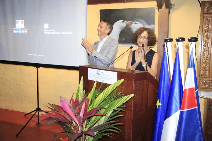 Evelyne Decorps, préfète et administrateur supérieur du territoire des Terres australes et antarctiques françaises, et Cédric Marteau, directeur de la Réserve naturelle des Terres australes française, le 17 octobre, à La Réunion.