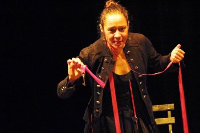 La conteuse Muriel Revollon et son costume avec clés et rubans.