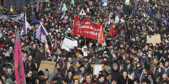 « Dans quelle direction va ce pays ? » A Rennes, une foule dense et bigarrée dans la rue pour le 5 décembre