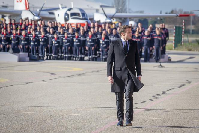Emmanuel Macron rend hommage aux sauveteurs morts en intervention, à la base aérienne de la sécurité civile de Nîmes-Garons, le 6 décembre.