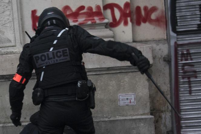 Sur la même image, recadrée, l'inscription « ULI2R» apparaît sous le sigle« Police» sur le dos du policier.