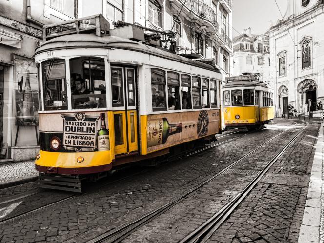 Un tramway dans une rue de Lisbonne.