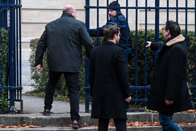 Le 21 novembre 2019, Willy Bardon (à gauche), accusé d'enlèvement, de séquestration, de viol et de meurtre dans l'affaire Elodie Kulik en 2002, arrive avec ses avocats au palais de justice d'Amiens.