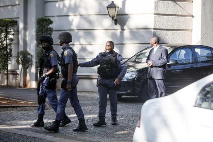 Des policiers mobilisés dans le cadre d'une enquête de l'unité d'élitedes Hawks, à Johannesburg, en février 2018.